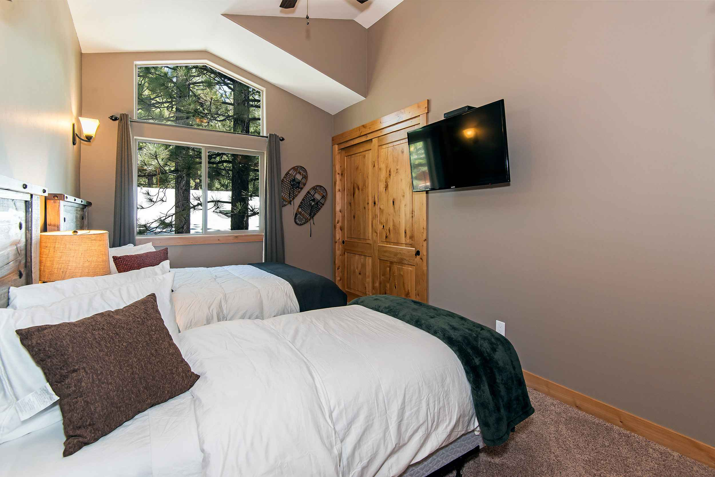 prop_3752_1432919031_7_bedroom_lakeview_luxury.jpg